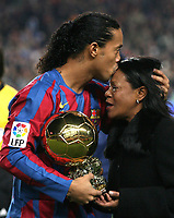 Fotball<br /> Foto: imago/Digitalsport<br /> NORWAY ONLY<br /> <br /> 11.12.2005  <br /> Ronaldinho (FC Barcelona) mit seiner Mutter Miguelina und dem goldenen Ball, der Auszeichnung für Europas Fußballer des Jahres