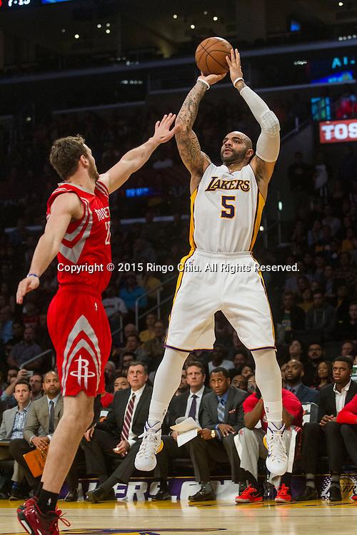 1月25日,洛杉磯湖人隊前鋒卡洛斯 - 布澤爾(5)在比賽中投籃。當日,在2014-2015賽季NBA常規賽中,洛杉磯湖人隊主場以87比99不敵休斯頓火箭。(新華社發 趙漢榮攝)<br /> Los Angeles Lakers forward Carlos Boozer (5) shoots against Houston Rockets forward Donatas Motiejunas (20) during their NBA game at Staples Center in Los Angeles, California on January 25, 2015 . Rockets defeated Lakers 99-87. (Xinhua/Zhao Hanrong)<br /> Photo by Ringo Chiu/PHOTOFORMULA.com)