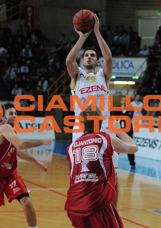 DESCRIZIONE : Verona Campionato Lega Basket A2 2011-12 Tezenis Verona Pallacanestro S.Antimo<br /> GIOCATORE : Dusan Vukcevic <br /> SQUADRA : Tezenis Verona<br /> EVENTO : Campionato Lega Basket A2 2011-2012<br /> GARA : Tezenis Verona Pallacanestro S.Antimo<br /> DATA : 06/11/2011<br /> CATEGORIA : Tiro<br /> SPORT : Pallacanestro <br /> AUTORE : Agenzia Ciamillo-Castoria/L.Lussoso<br /> Galleria : Lega Basket A2 2011-2012 <br /> Fotonotizia : Verona Campionato Lega Basket A2 2011-12 Tezenis Verona Pallacanestro S.Antimo<br /> Predefinita :