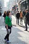 Een studente probeert voorbijgangers een abonnement op de Trouw te verkopen.<br /> <br /> A student is trying to sell subscriptions to the Dutch newspaper Trouw.