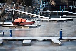 THEMENBILD - Durch die Kältewelle ist in Wien die Alte Donau fast komplett zugefroren. Bis Donnerstag soll der Kälteeinbruch in Österreich noch andauern. In Wien wurden von der Nacht auf Montag minus 15,8 Grad gemessen. Aufgenommen am 28.02.2018 in Wien, Österreich // Cold Wave in Europe at the end of February. Vienna, Austria on 2018/02/28. EXPA Pictures © 2018, PhotoCredit: EXPA/ Michael Gruber