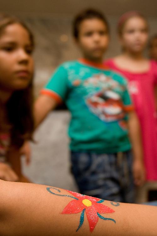 Belo Horizonte_MG, Brasil...Comemoracao do dia das criancas. Detalhe de uma mao pintando o braco...The children day celebration. Detail of a hand painting a arm...Foto : VICTOR SCHWANER / NITRO