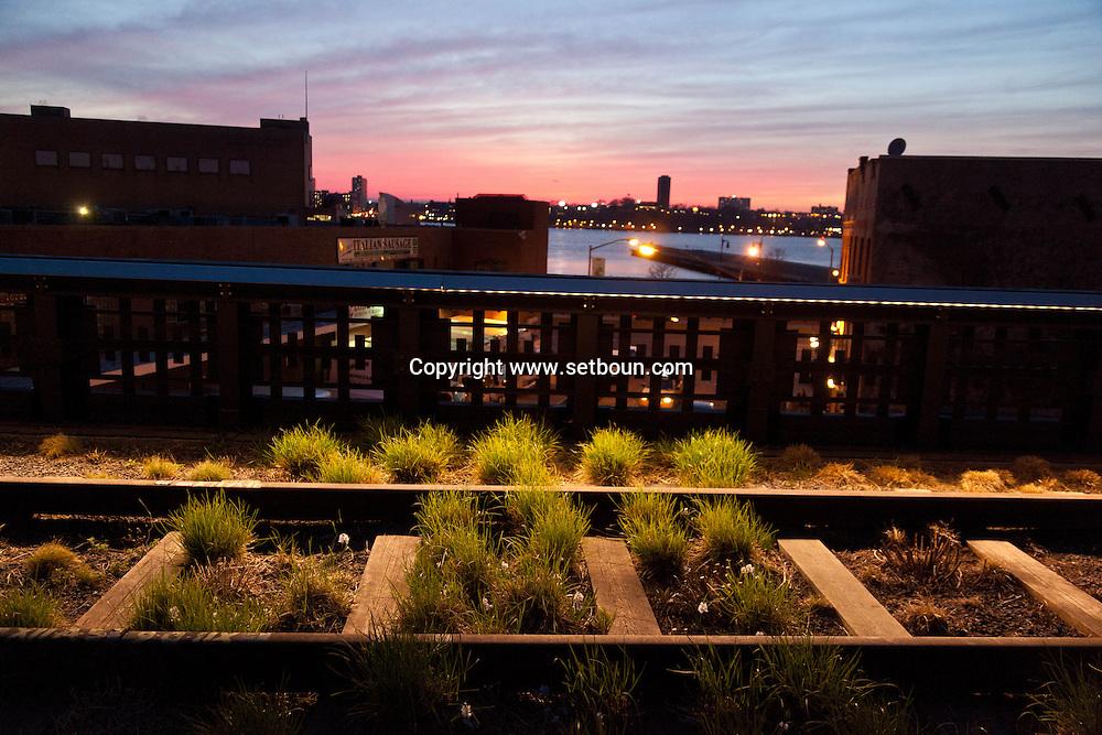 New York  the new park on the high line, in  Meat packing district , / la high line, le nouveau parc sur l'ancienne voie de train suspendu a Meatpacking