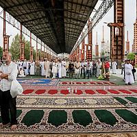 """Festa di fine Ramadan al parco Dora di Torino. I tanti torinesi di religione musulmana hanno festeggiato Eid al-Fitr, la fine del mese del digiuno. Migliaia di persone, soprattutto egiziani e marocchini, hanno pregato per due ore e mezza in direzione della Mecca, raccolti sotto la tettoia del capannone dello """"strippaggio"""" tra corso Mortara e via Borgaro.<br /> <br /> Celebrate the end of Ramadan at the park Dora in Turin. The many Turin Muslim celebrated Eid al-Fitr, the end of the month of fasting. Thousands of people, mostly Egyptians and Moroccans, they prayed for two and a half hours in the direction of Mecca, gathered under the roof of the shed the """"stripping"""" of course and Via Mortara Borgaro."""