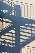 Schatten einer Treppe an Hauswand, Friedrichshafen, Bodensee, Baden-Württemberg, Deutschland