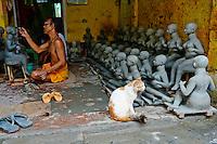 Inde, Bengale-Occidental, Kolkata, Kumartuli district, sculptures en glaise des effigies Hindou pour la fete de Durga Puja, Utam Pal and et Kussu Kussu son chat // India, West Bengal, Kolkata, Calcutta, Kumartuli district, clay idols of Hindu gods and goddesses statue for Durga Puja festival, Utam Pal and his cat Kussu Kussu