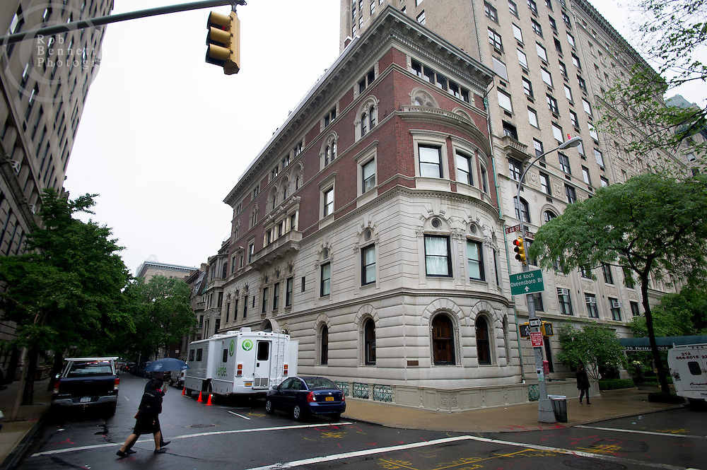 May 21, 2012: Property at 828 Fifth Avenue (at 64th Street) in which three-fifths of the units are being offered for sale at a price of $72 million. Credit:  Rob Bennett for The Wall Street Journal Slug: NYBERWIND