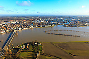 Nederland, Overijssel, Deventer, 20-01-2011. De flessenhals die de IJssel vormt bij Deventer. Links de IJsselbrug, rechts de Bolwerkplas - verdwenen door het hoogwater, de contouren worden weergeven door de toppen van de bomen die boven het water uitsteken..The IJssel bridge to Deventer. The brook Bolwerksplas in the middle of the river has been dissappeared due to the high water of the river IJssel. The tops of the trees in the water show the whereabouts..luchtfoto (toeslag), aerial photo (additional fee required).copyright foto/photo Siebe Swart