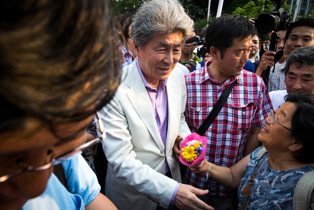 TOKYO, JAPAN - JULY 18 : Journalist Shuntaro Torigoe, a candidate for Tokyo governor greets people after the speech during a campaign for the July 31 Tokyo gubernatorial election in front of Shibuya Station, Tokyo, Japan on Monday, July 18, 2016. (Photo: Richard Atrero de Guzman/NUR Photo)
