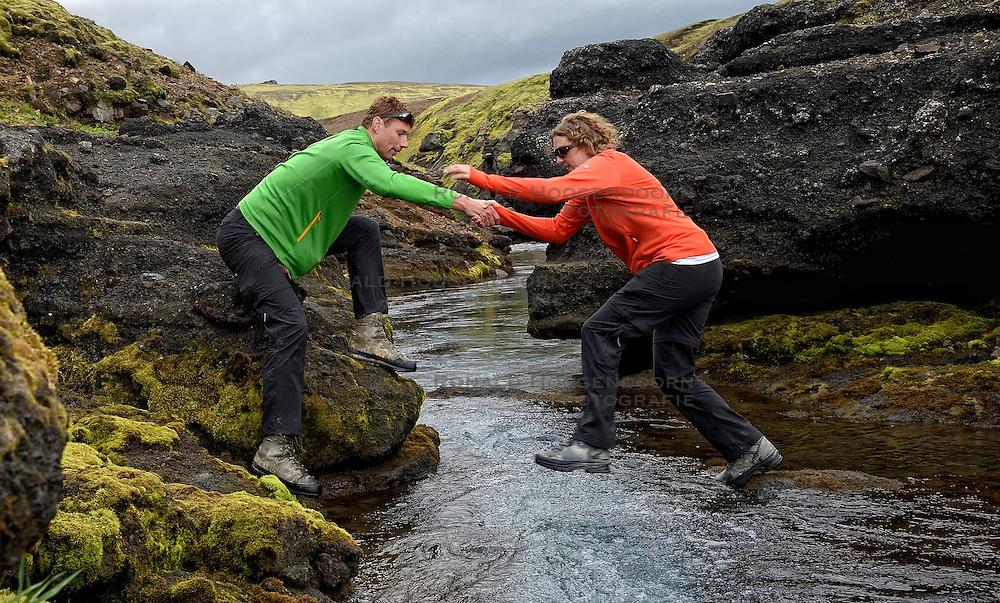 08-07-2014 ISL: Iceland Diabetes Challenge dag 4, Alftavatn<br /> Vandaag ging de challenge van Hrafntinnusker naar Alftavatn / Bas van de Goor helpt Debbie de Poorter de eerste waterdoorsteek over.