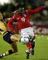 Fotball, 31. mars 2004, Treningskamp, Sverige-England, Olof Mellberg, Sverige, og Darius Vassell, England