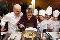 """03 FEB 2005, BERLIN/GERMANY:<br /> Ralf Zacherl (L), Fernsehkoch, und Renate Kuenast (M), B90/Gruene, Bundesministerin fuer Verbraucherschutz und Landwirtschaft, kochen mit Kindern der Werbellinsee-Gundschule unter dem Motto """"Bio-Kochen"""", Werbellinsee-Gundschule<br /> IMAGE: 20050203-01-001<br /> KEYWORDS: Renate Künast, Kids, Kind, kocht, Kueche, Küche, Herd, gesund, Kochtopf, Koch, Ernährung, Ernaehrung"""