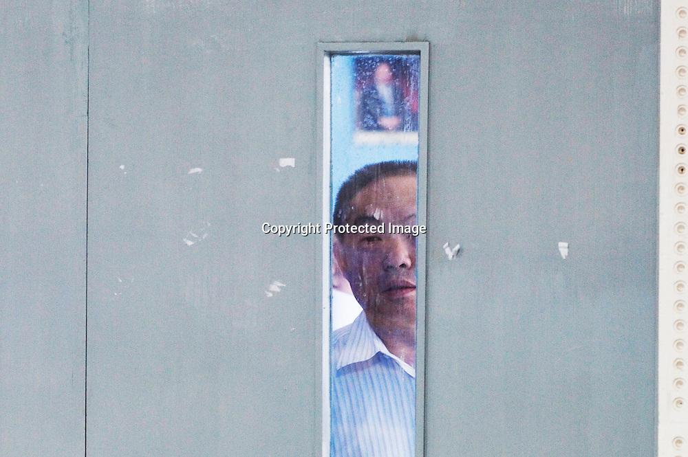 BEIJING, 30. Juni, 2012  : ein besorgter Vater schaut in den Pruefungssaal, in dem sein Sohn an einer Vorauswahl fuer ein Studium in Deutschland teilnimmt.