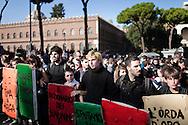 ROMA. STUDENTI SFILANO IN VIA DEI FORI IMPERIALI IMPUGNANDO SCUDI PROTETTIVI NEL GIORNO DELLO SCIOPERO GENERALE TRANSNAZIONALE;