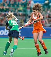 BOOM - Roos Drost in duel met de Ierse Nicola Gray tijdens de eerste poule wedstrijd van Oranje tijdens het Europees Kampioenschap hockey   tussen de vrouwen Nederland en Ierland (6-0). ANP KOEN SUYK