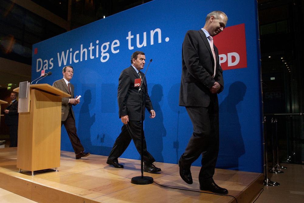 07 FEB 2004, BERLIN/GERMANY:<br /> Franz Muentefering (L), SPD Fraktionsvorsitzender, Gerhard Schroeder (M), SPD, Bundeskanzler, und Bernd Neuendorf (R), SPD Pressesprecher, verlassen nach das Podium nach der Pressekonferenz zu den Ergebnissen der Sondesitzung des SPD Praesidiums und Parteivorstandes nach der Bekanntgabe des Ruecktritts des Parteivorsitzenden, Willy-Brandt-Haus<br /> IMAGE: 20040207-01-042<br /> KEYWORDS: R&uuml;cktritt, Gerhard Schr&ouml;der, Franz M&uuml;ntefering