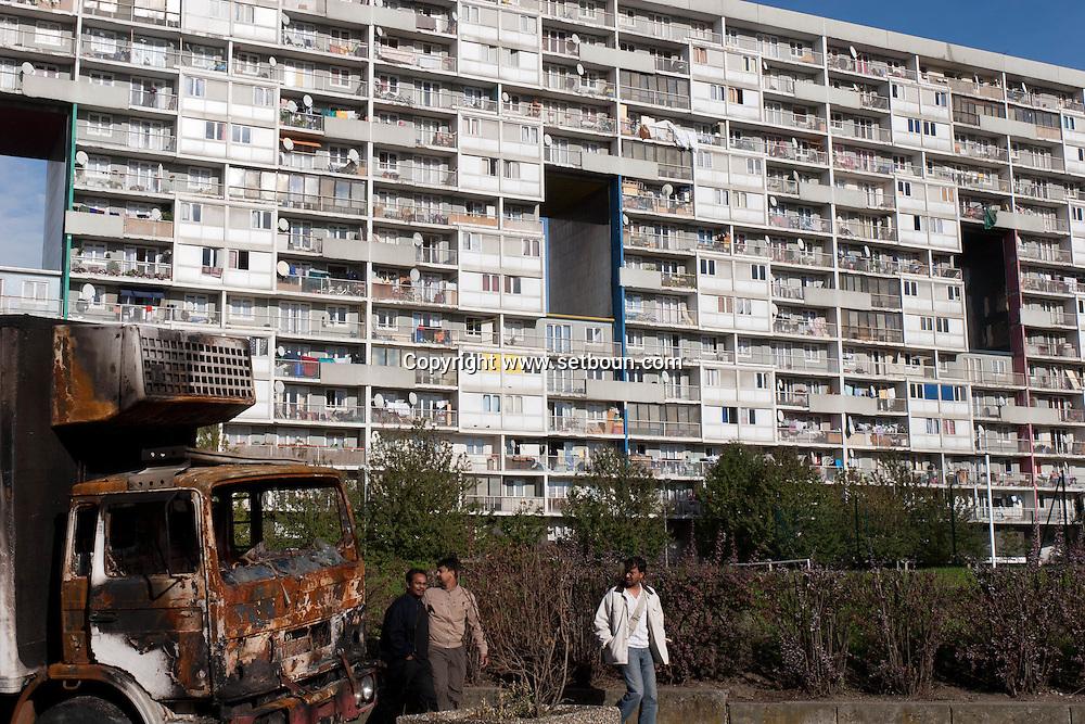= Burn trucks after the riots . La Courneuve , cite of 4000. daily life around the building Balzac.  Paris suburb France    /// La Courneuve, cite des 4000 , la vie quotidienne dans la barre Balzac Camions brules  Paris  France +