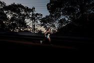 SP-RJ, BRASIL, 21/07/2010, 07h21m: Camila de Araujo Nicolau e Gabriel Gargiulo Pacca em fotos posadas do percurso de ultramaratona Nike 600K. Local da foto: Serra_de_Maresias.  (foto: Caio Guatelli)