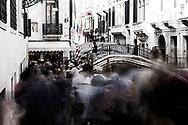 Venezia - Uno dei punti più caldi della città: il Pontedella Canonica, proprio dietro il Ponte dei Sospiri,