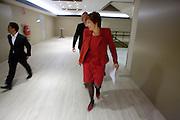Ruth Peetoom loopt met twee leden van haar campagneteam naar de zaal van het CDA congres. Op het najaarscongres in Den Haag wordt de nieuwe voorzitter bekendgemaakt. De eindstrijd gaat tussen Ruth Peetoom en Sjaak van der Tak.<br /> <br /> Ruth Peetoom is walking with campaign volunteers to the congress of the CDA (Christian Democratic Party) where she will be chosen as the new leader of the party.