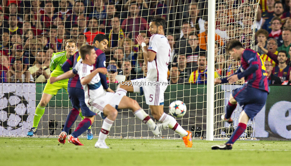 06.05.2015. Nou Camp, Barcelona, Spain, UEFA Champions League semi-final. Barcelona versus Bayern Munich.  The first goal for 1:0 scored by Lionel Messi (Barca) past keeper Manuel Neuer (FCB)