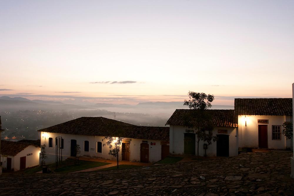 Congonhas_MG, Brasil...Casas em Congonhas ao amanhecer...The houses in Congonhas at daybreak...Foto: LEO DRUMOND / NITRO.