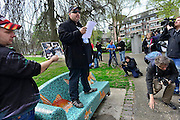 Nederland, Nijmegen, 5-4-2014Demonstratie ter ondersteuning van Geert Wilders en ter veroordeling van de aangifte van burgemeester Bruls, de Nijmeegse wethouders namens de Nijmeegse gemeenteraad. De groep verzamelt zich in het Kronenburgerpark.Organisator Angelo van den Bos heeft een print met foto's van hem en gekleurde mensen om te bewijzen dat hij ook vrienden heeft onder deze bevolkingsgroep. van den Bos doet later aangifte op het politiebureau tegen de burgemeester wegens machtsmisbruik.Foto: Flip Franssen
