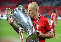 FUSSBALL  CHAMPIONS LEAGUE  SAISON 2012/2013  FINALE  Borussia Dortmund - FC Bayern Muenchen         25.05.2013 Champions League Sieger 2013 FC Bayern Muenchen: Arjen Robben (FC Bayern Muenchen) kuesst den Pokal