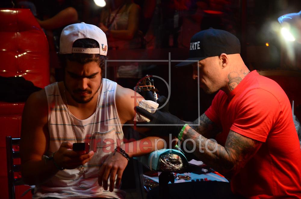 ROCK IN RIO CAIO CASTRO FAZ TATUAGEM - RIO DE JANEIRO - 22/09/2013 - Ator Caio Castro faz tatuagem no stand da Sky no braço esquerdo nesta noite do último dia de evento na cidade do rock, zona oeste do Rio de Janeiro. FOTO: ADRIANO ISHIBASHI/FRAME