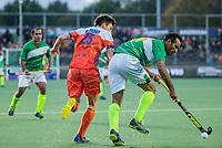 AMSTELVEEN - Thierry Brinkman (Ned) met Muhammad Irfan (Pak)   tijdens  de tweede  Olympische kwalificatiewedstrijd hockey mannen ,  Nederland-Pakistan (6-1). Oranje plaatst zich voor de Olympische Spelen 2020.   COPYRIGHT KOEN SUYK