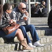 Nederland Rotterdam 21-03-2009 20090321Foto: David Rozing ..Man en vrouw eten een ijsje in het centrum van Rotterdam Foto: David Rozing
