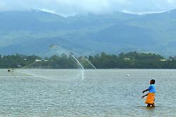 Pescador na lagoa da Ibiraquera, no municipio de Imbituba, SC. FOTO: Jefferson Bernardes / Preview.com
