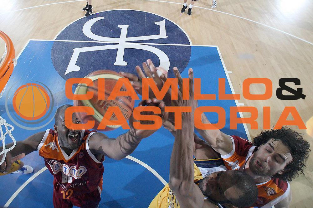 DESCRIZIONE : Porto San Giorgio Lega A 2010-11 Fabi Shoes Montegranaro Lottomatica Virtus Roma<br /> GIOCATORE : Ali Traore<br /> SQUADRA : Lottomatica Virtus Roma<br /> EVENTO : Campionato Lega A 2010-2011<br /> GARA : Fabi Shoes Montegranaro Lottomatica Virtus Roma<br /> DATA : 01/05/2011<br /> CATEGORIA : special rimbalzo mani <br /> SPORT : Pallacanestro<br /> AUTORE : Agenzia Ciamillo-Castoria/C.De Massis<br /> Galleria : Lega Basket A 2010-2011<br /> Fotonotizia : Porto San Giorgio Lega A 2010-11 Fabi Montegranaro Lottomatica Virtus Roma<br /> Predefinita :