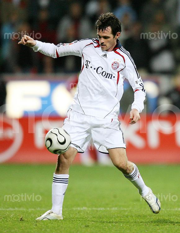 Fussball  1. Bundesliga  Saison 2006/2007 Willy SAGNOL (FC Bayern Muenchen), Einzelaktion am Ball