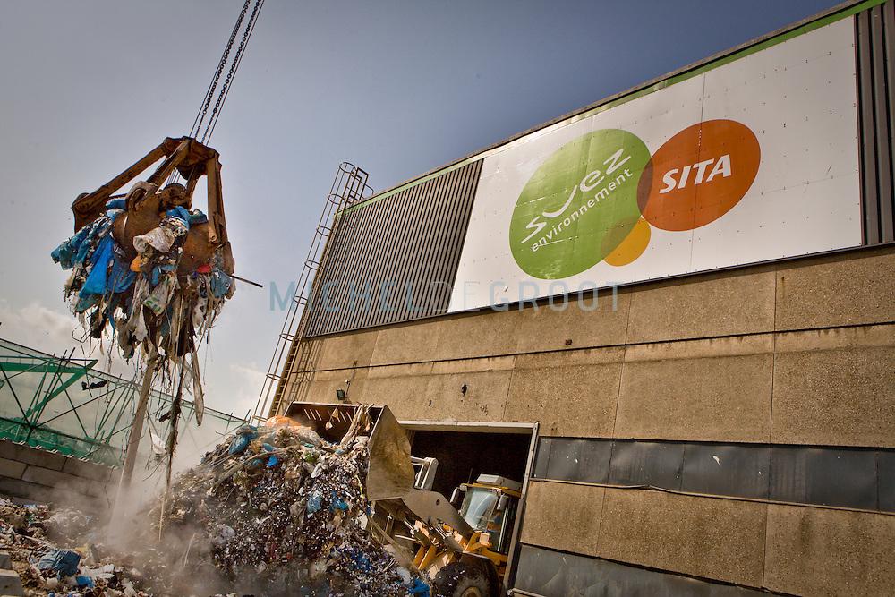 Bij SITA in Rotterdam wordt een binnenvaartschip geladen met afval. (RuG)