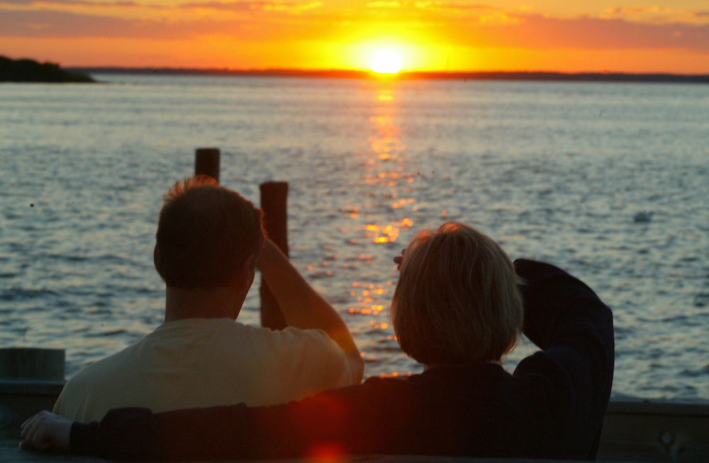 (DITLO) Long Brach Twp 8/8/2002  Sunset.   Dan London with wife Kym who are from Anarbor Michigan shield there eyes from the bright setting sun setting on Barnegat Bay.   They are here visiting family who live on the Island.    Michael J. Treola Staff Photographer.....MJT