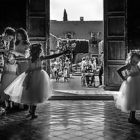 Flower girls dancing and preparing for the arrival of the bride in San Miguel de Allende, Guanajuato, Mexico. Photo by: Juan Carlos Calderón.