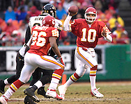 Kansas City Chiefs quarterback Trent Green (10) looks to make a pass to Chiefs running back Michael Bennett (26) in the fourth quarter at Arrowhead Stadium in Kansas City, Missouri, December 31, 2006.  The Chiefs beat the Jaguars 35-30.<br />