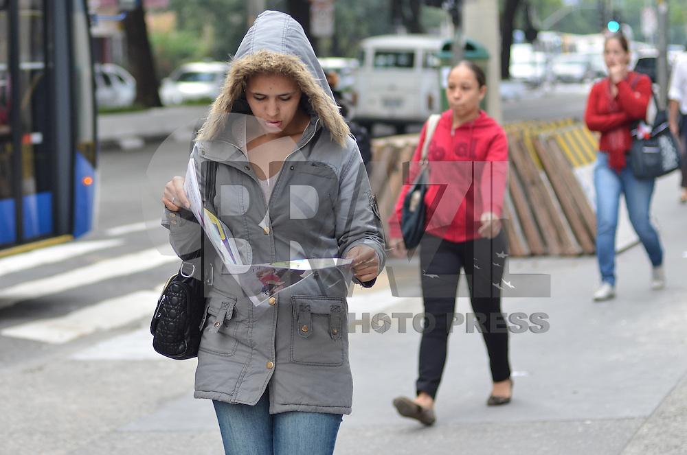 SAO PAULO, 25 DE ABRIL DE 2013 - CLIMA TEMPO - SAO PAULO - Paulistano vive manhã de tempo frio e seco, na Avenida Paulista, região centro sul da capital, nesta quinta feira, 25. Não há previsão de chuva e o clima deve seguir seco até o final da semana.   (FOTO: ALEXANDRE MOREIRA / BRAZIL PHOTO PRESS) PHOTO PRESS)