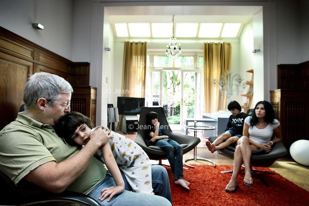 Nederland, Amsterdam , 22 juli 2010..Daniel (10), Rafael (7) en Michael (4) en Uri en Roseli Singer uit L.A hebben hun woning geruild voor hun vakantie in een woning in Amsterdam Zuid..Portraits of foreigners who exchange houses in Amsterdam.