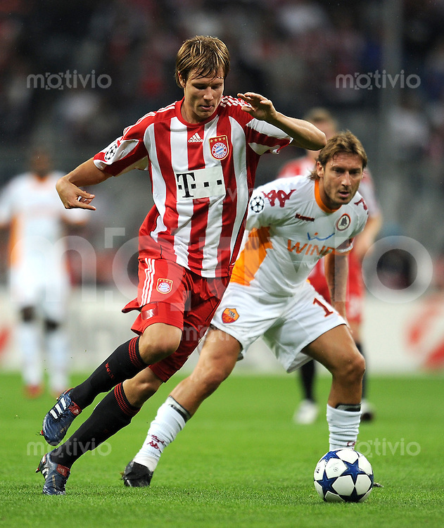 FUSSBALL   CHAMPIONS LEAGUE   SAISON 2010/2011   GRUPPE  E 15.09.2010 FC Bayern  Muenchen  - AS Rom  Francesco Totti (re, AS Rom) gegen Holger Badstuber (li, FC Bayern Muenchen)