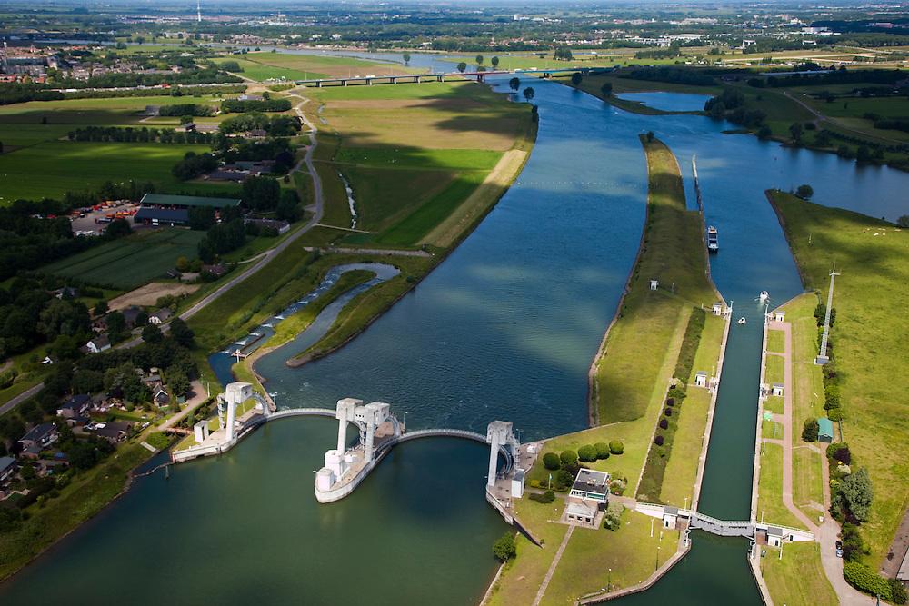Nederland, Utrecht, 12-06-2009; Stuw in de rivier de Lek, dient om het waterpeil in de rivier te reguleren en het scheepvaartverkeer mogelijk te maken. Als gevolg van de geringe wateraanvoer is de vizierschuif gesloten, vissen kunnen gebruik maken van de de vistrap (of vispassage) links van de stuw onder in beeld, rechts de schutsluis voor de scheepvaart. Aan de horizon de Hagesteinsebrug, A27 en de Radio-TV toren van IJsselstein. Weir in the river Lek, regulates and manages the water level. The Lek is a rain river, with especially in the winter large amounts of water (melt water), in the summer there is a shortage of water, the weir ensures sufficiently high water level for shipping. Next to the dam fish ladder and shipping lock. .Swart collectie, luchtfoto (25 procent toeslag); Swart Collection, aerial photo (additional fee required); .foto Siebe Swart / photo Siebe Swart