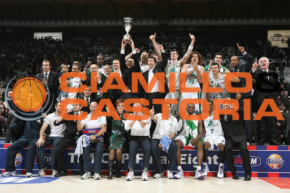 DESCRIZIONE : Bologna Final Eight 2009 Finale Montepaschi Siena La Fortezza Virtus Bologna<br /> GIOCATORE : Team Siena Coppa Podio<br /> SQUADRA : Montepaschi Siena<br /> EVENTO : Tim Cup Basket Coppa Italia Final Eight 2009 <br /> GARA : Montepaschi Siena La Fortezza Virtus Bologna<br /> DATA : 22/02/2009 <br /> CATEGORIA : esultanza<br /> SPORT : Pallacanestro <br /> AUTORE : Agenzia Ciamillo-Castoria/M.Marchi