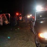 Villa de Allende, M&eacute;x.- Al menos 7 lesionados y una persona muerta en la volcadura de un autobus en el kilometro 54 de la carretera Toluca Zitacuaro en el paraje de los Berros. Agencia MVT / Mario Vazquez de la Torre. (DIGITAL)<br /> <br /> NO ARCHIVAR - NO ARCHIVE