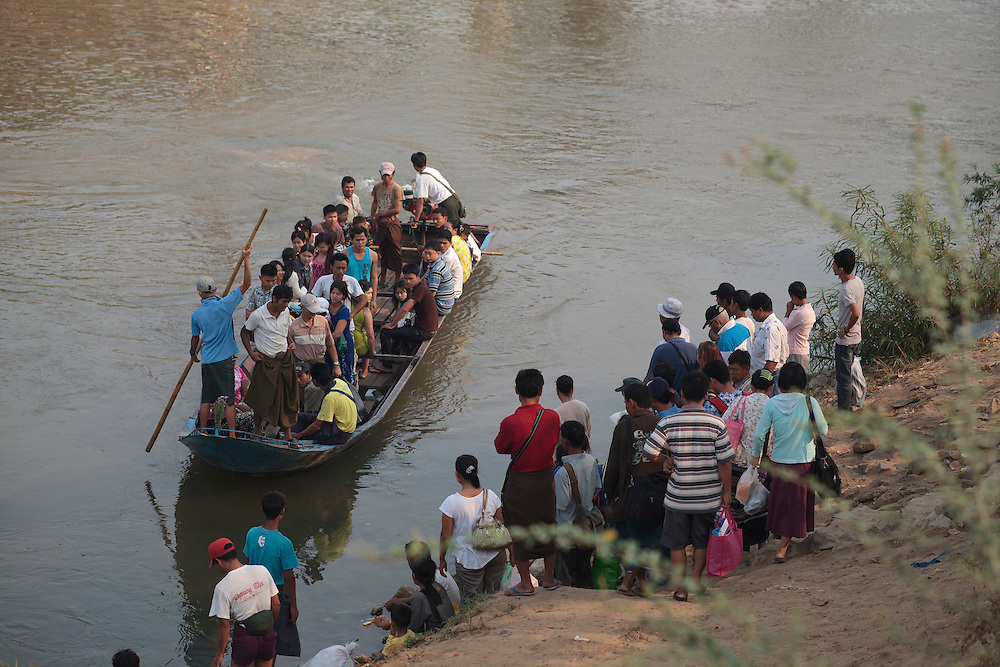 Everyday hundred of Burmese migrants and illegal workers cross the Thailand border through Moei river on a boat in Mae sot, Thailand, Wednesday, March 21, 2012. With April 1 elections coming soon Myanmar has suffered conflict between the repressive ruling military regime, political opponents and ethnic groups, resulting in the displacement of over 400.000 Burmese according to UNHCR, around 140.000 of them in Thailand.