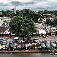 23/07/2014. Conakry. Guinée Conakry.  Vue du marché dans le bidonville de Coronthie.   ©Sylvain Cherkaoui/Cosmos pour M le magazine du Monde