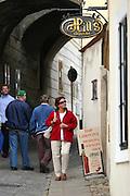Jindrichuv Hradec/Tschechische Republik, Tschechien, CZE, 31.08.2007: Das Unternehmen Hill&acute;s Liquere S.R.O. wurde 1920 von Albin Hill  gegr&uuml;ndet. Die Tradition wurde 1947 von Radomil Hill weitergef&uuml;hrt - heute wird das Unternehmen von seiner Tochter Ilona Musialova geleitet. Hill&acute;s Spirituosen Gesch&auml;ft in der Innenstadt von Jindrichuv Hradec. <br /> <br /> Jindrichuv Hradec/Czech Republic, CZE, 31.08.2007: Albin Hill established Hill's Liguere in 1920. He started out as a wine wholesaler and soon after he began producing his own liquor and liqueurs. In 1947 his son Radomil Hill continues this tradition and today his daughter Ilona Musialova is leading the company. Hill's liquere shop in the city centre of Jindrichuv Hradec.