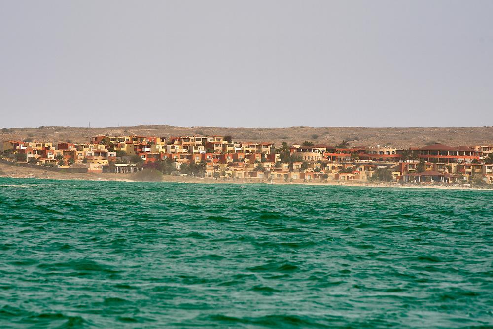 View of the coast since the sea. Vue de la côte depuis la mer.
