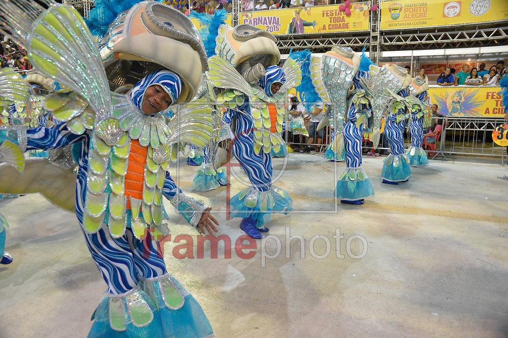 PORTO ALEGRE (RS), 15/02/2015 - A escola de samba Embaixadores do Ritmo foi a segunda a desfilar, na madrugada de domingo no Complexo Cultural Porto Seco. Foto: Donaldo Hadlich/Frame