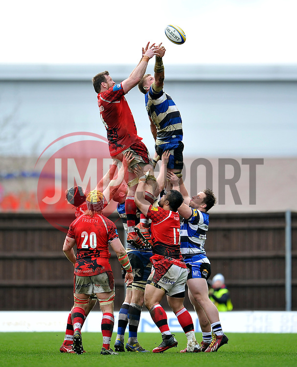 Dean Schofield of London Welsh competes with Bath Rugby captain Stuart Hooper for the ball at a lineout - Photo mandatory by-line: Patrick Khachfe/JMP - Mobile: 07966 386802 29/03/2015 - SPORT - RUGBY UNION - Oxford - Kassam Stadium - London Welsh v Bath Rugby - Aviva Premiership